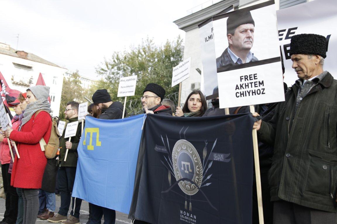 Активисты под управлением Веры Савченко взяли восаду посольствоРФ