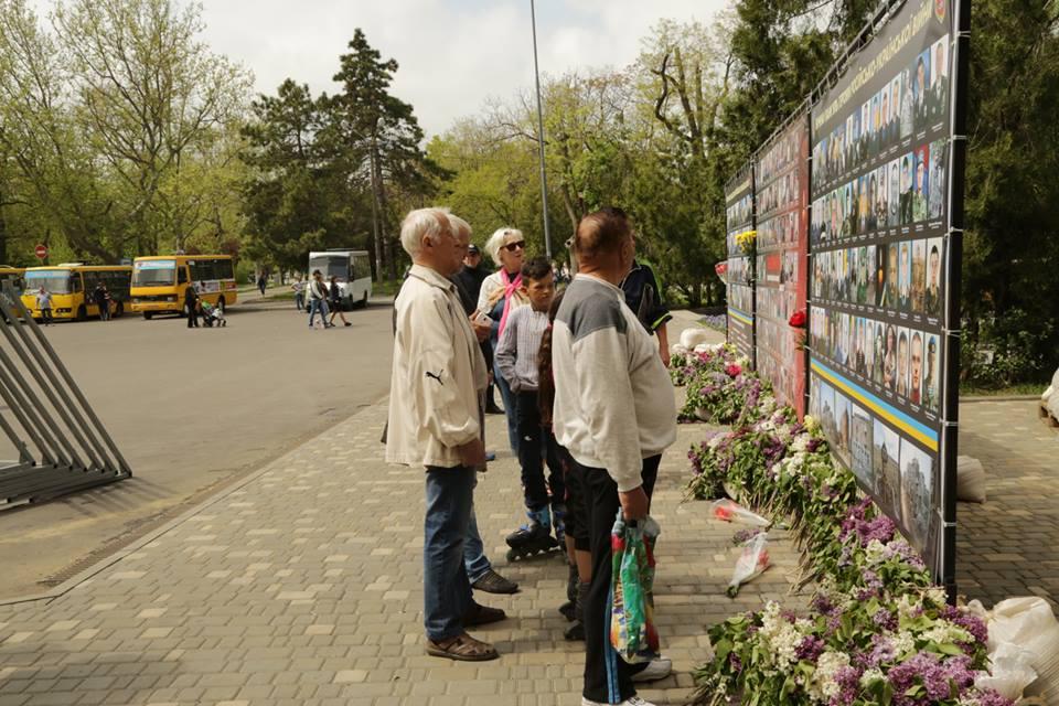 ВОдессе наАллее славы задержали несколько человек ссоветской символикой