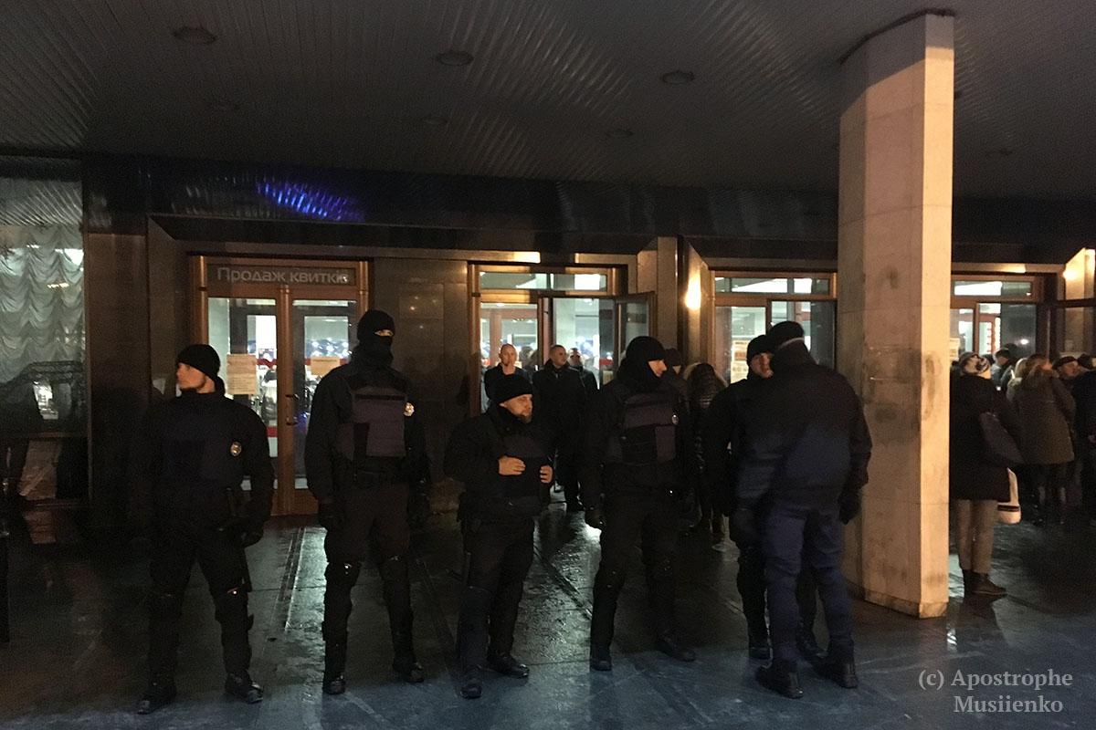 ВКиеве активисты подрались сполицией из-за концерта Потапа иНасти