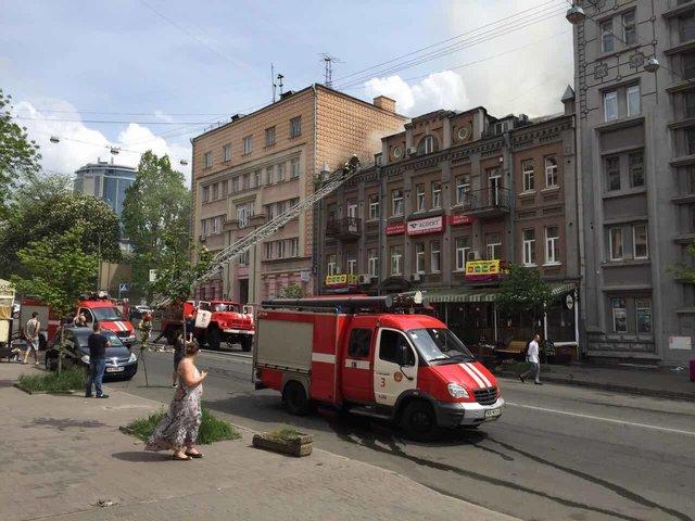 Cотрудники экстренных служб потушили большой пожар вцентре столицы Украины