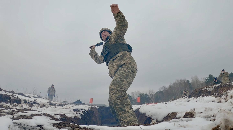 Отступать некуда - позади Киев: Виталий Кличко с гранатой бросился под танк 2