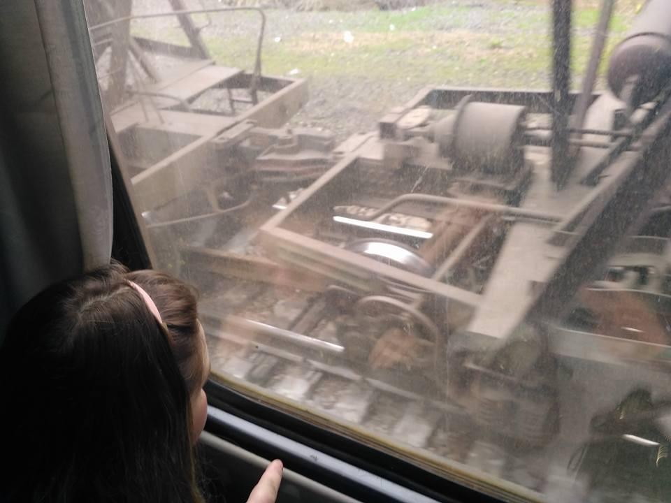 Грузовой поезд сошел срельсов иперевернулся под Мариуполем