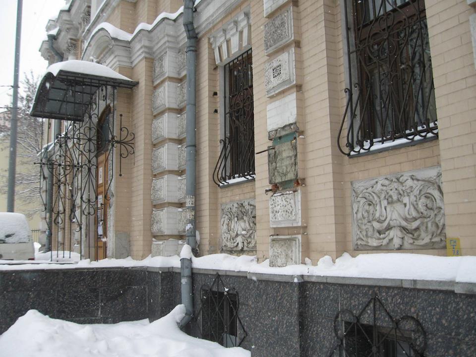 Бюст поэтессы Леси Украинки украли сфасада еемузея вКиеве