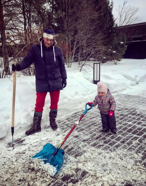 Песков в легендарных красных штанах вышел смаленькой дочкой науборку снега