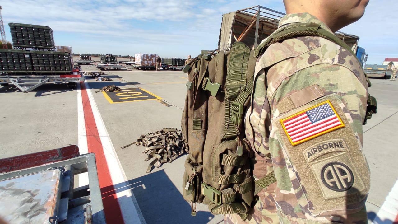 Байден выполнил свое обещание. Военные самолеты США приземлились в Украине - видео 3