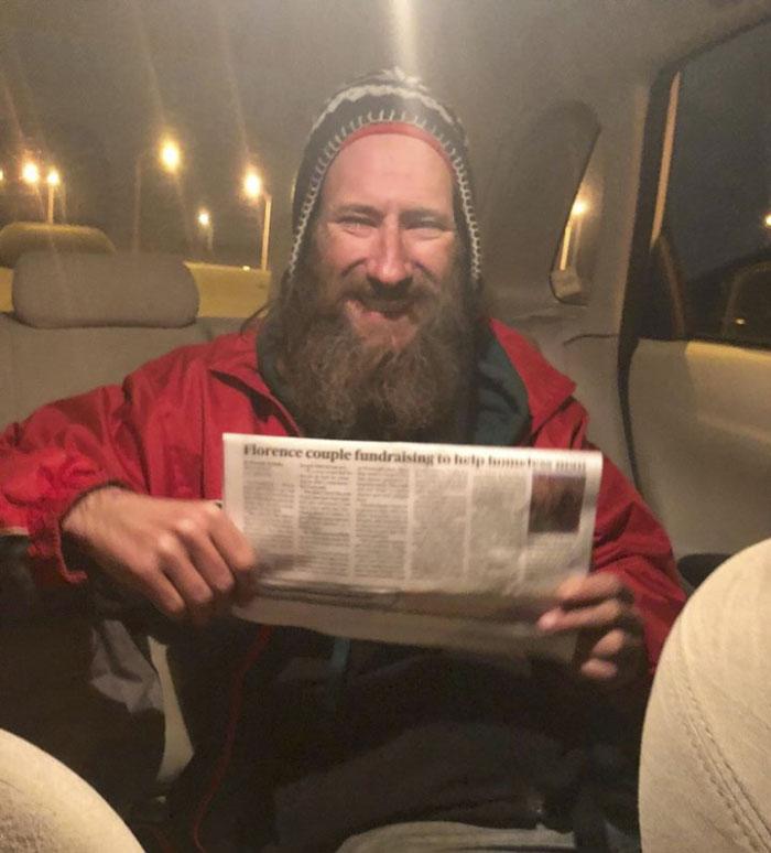 Бездомный помог девушке, аона собрала для него $300 тыс
