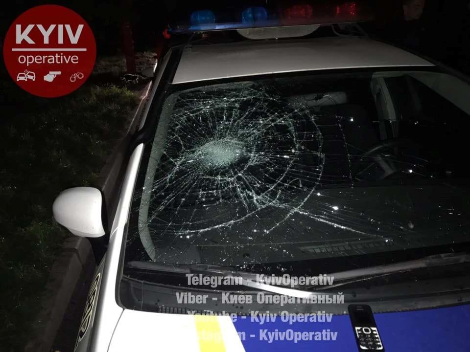 ВКиеве группа нетрезвых мужчин избила полицейских иизуродовала патрульное авто