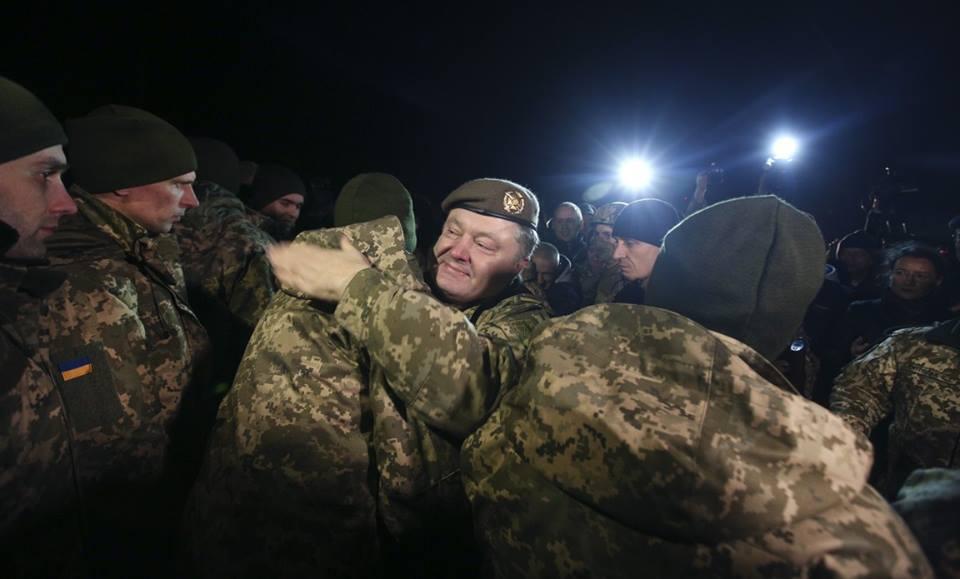 Порошенко встретил освобожденных украинских пленных