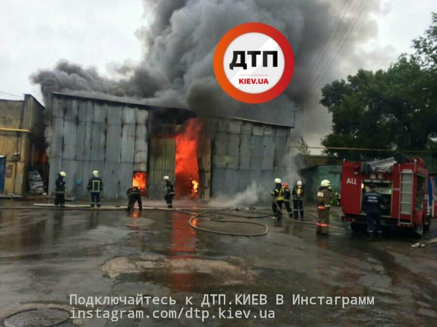 ВКиеве наул.Киквидзе пожар начастной территории