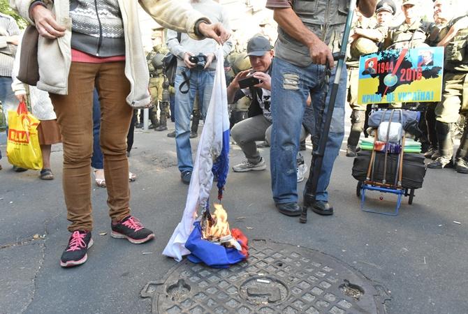 УпосольстваРФ вКиеве свободовцы избили жителя России