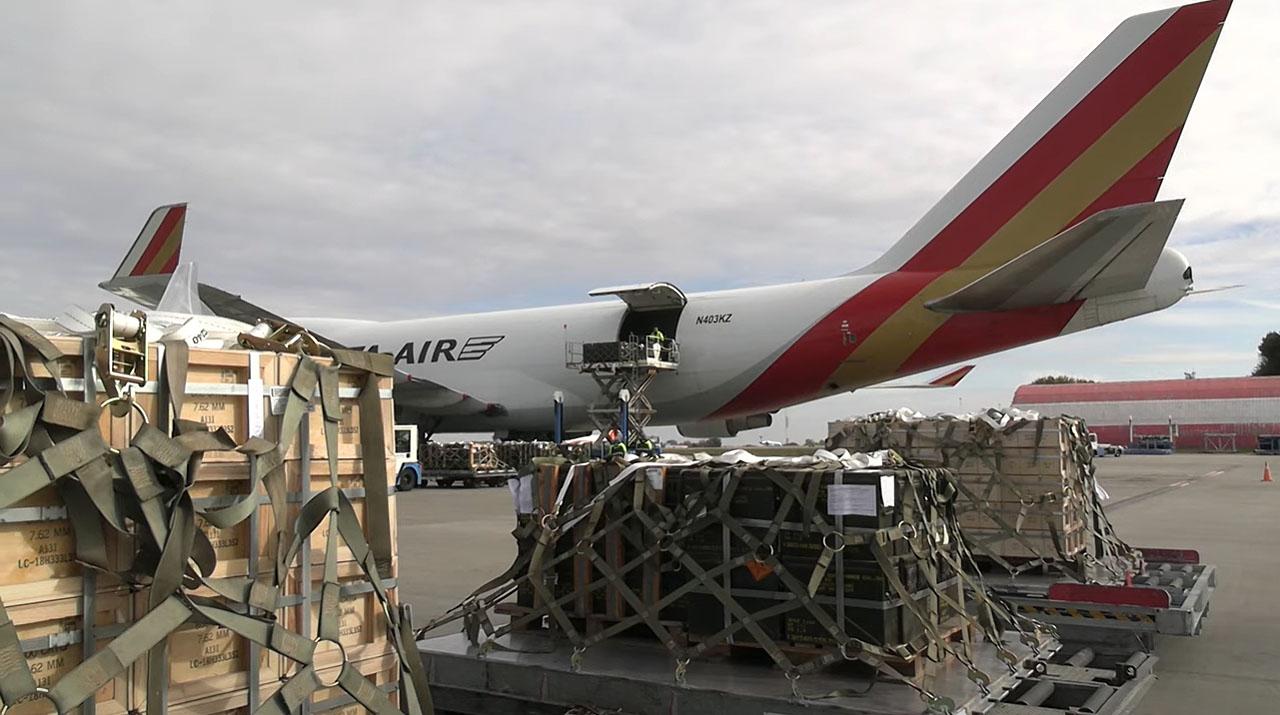 Байден выполнил свое обещание. Военные самолеты США приземлились в Украине - видео 4