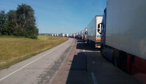 Россия не пропускает украинские грузовики и заворачивает граждан на легковушках: на границе образовалась очередь