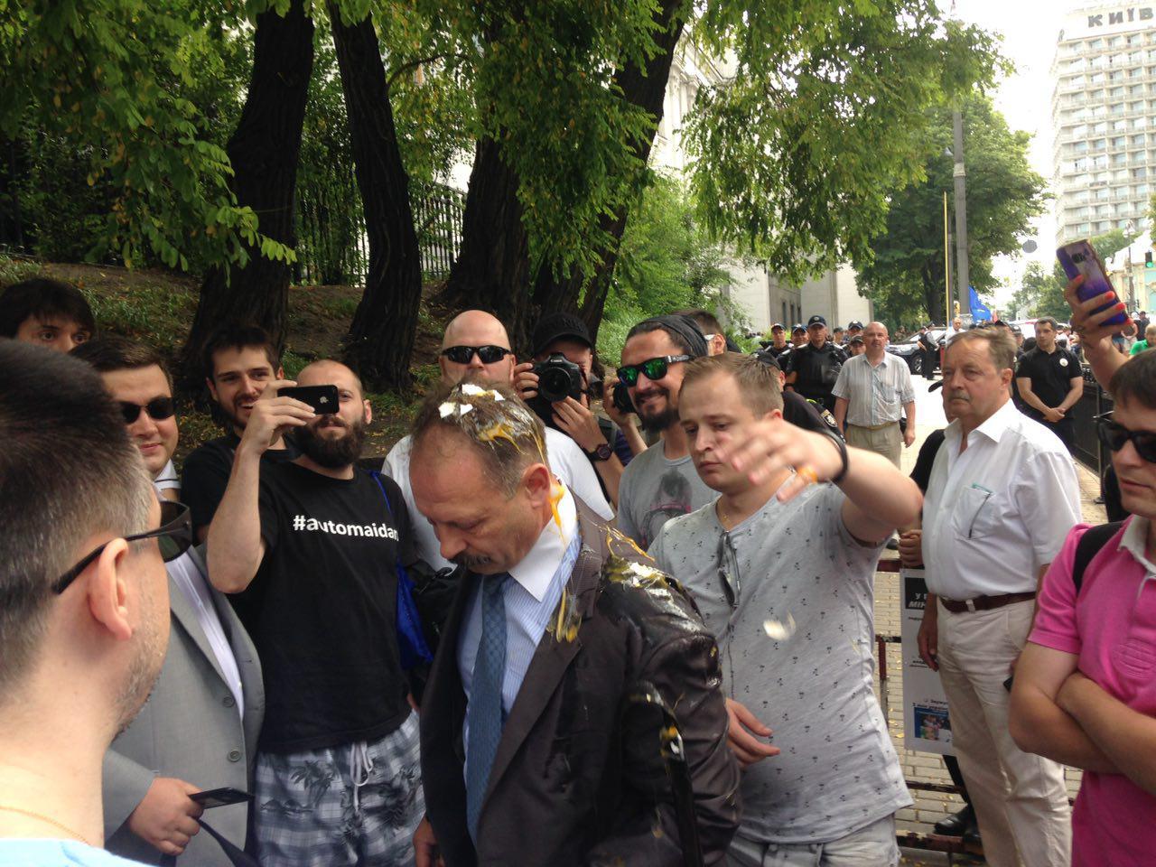 Депутата «Блока Петра Порошенко» закидали яйцами уздания Рады