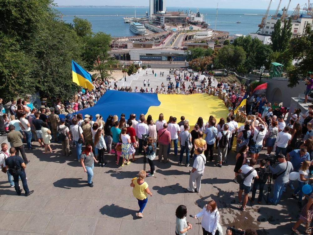 Над Потемкинской лестницей вОдессе развернули 26-метровый флаг