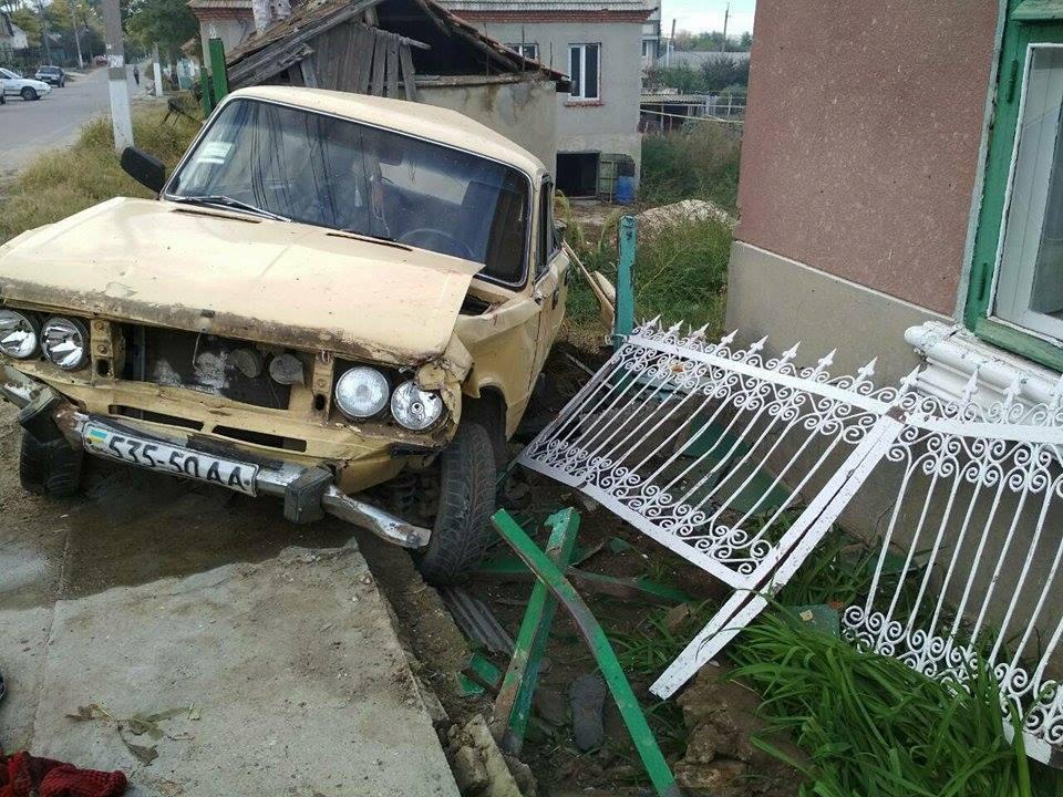 ВОдесской области автомобиль сбил женщин, сидевших наскамейке удома