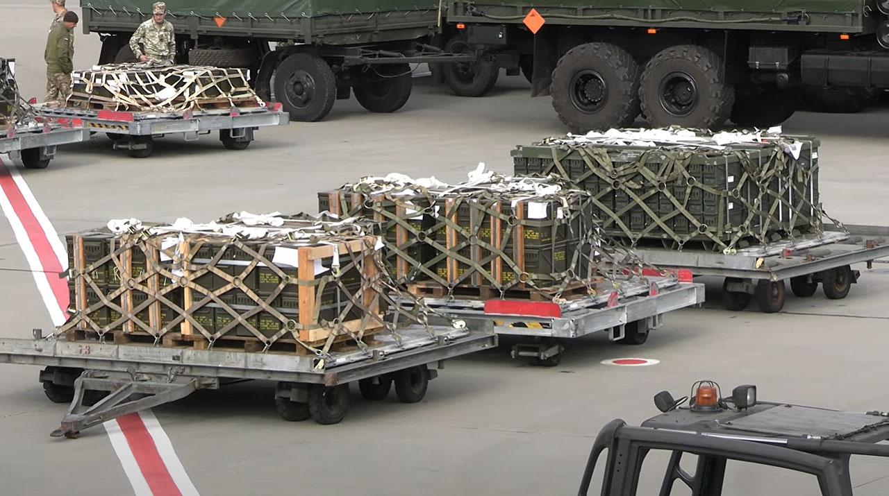 Байден выполнил свое обещание. Военные самолеты США приземлились в Украине - видео 1