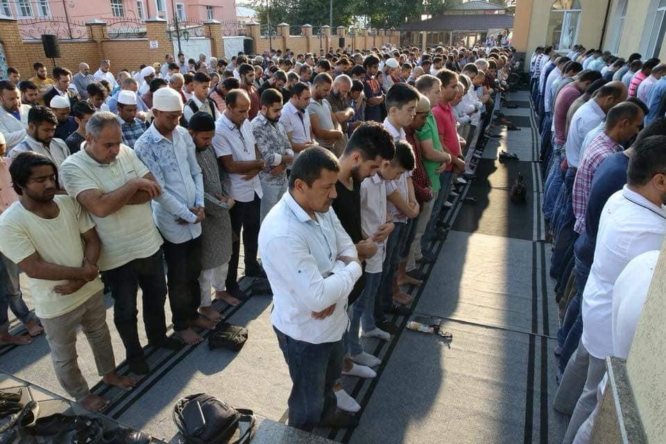 На празднование в Киевской мечети Ар-Рахма собралось около трех тысяч  мусульман Украины. Всех угощали сладостями, жарили шашлыки прямо на  территории мечети, ... 9e20f6520cd