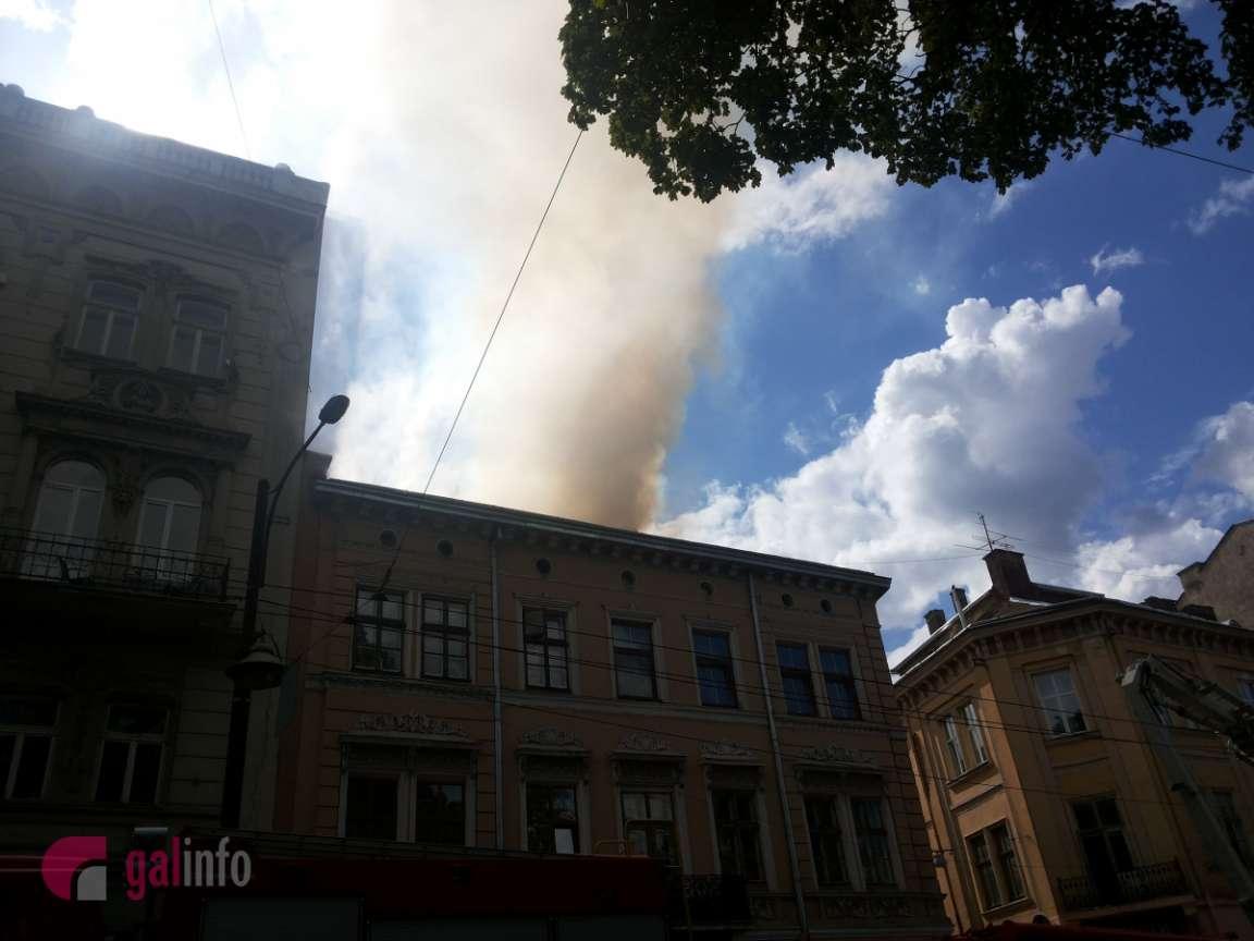 Вцентре Львова полыхает  дом