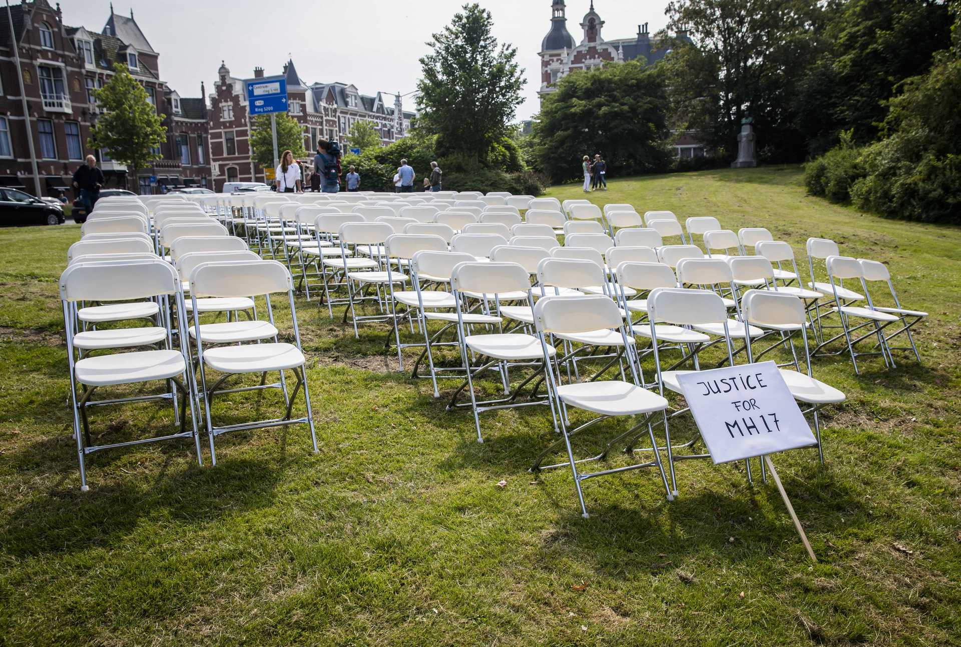 298 пустых стульев упосольства РФ  вГааге