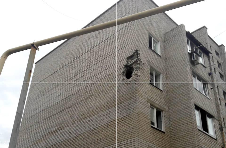 Мирные граждане под огнём. Разрушена пятиэтажка вМарьинке