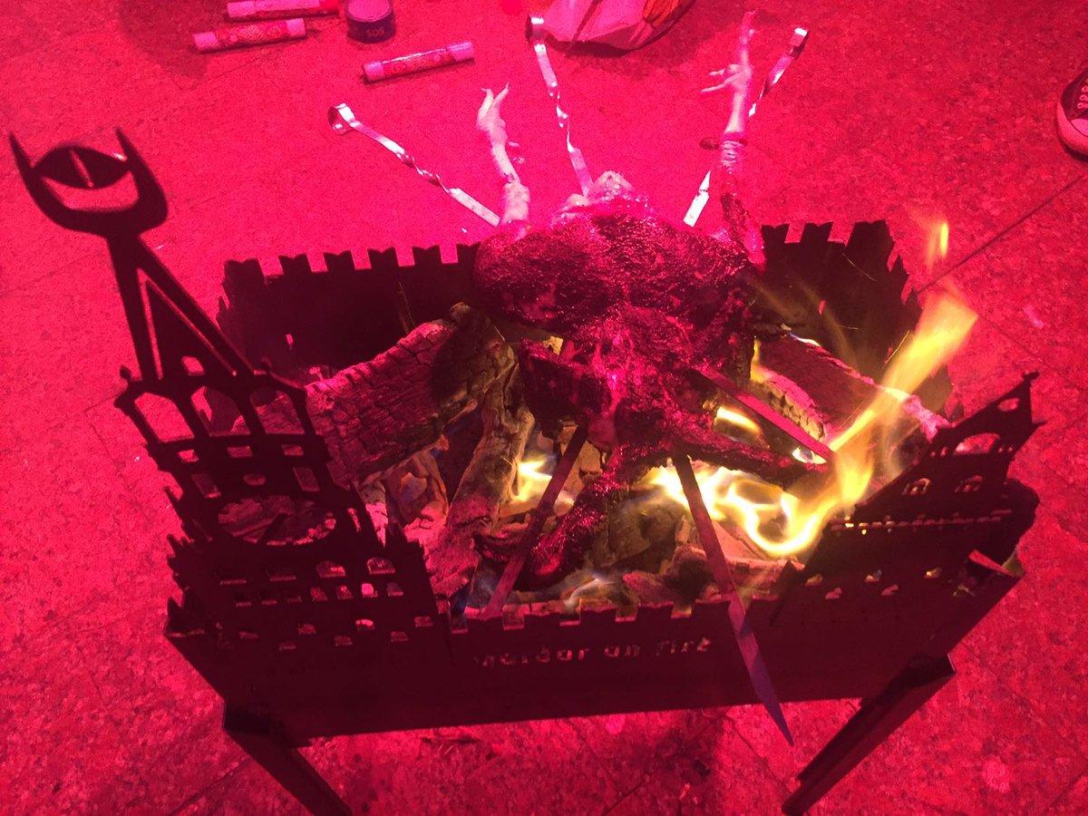 Около имения Медведчука Автомайдан зажарил «двухголовую курицу»