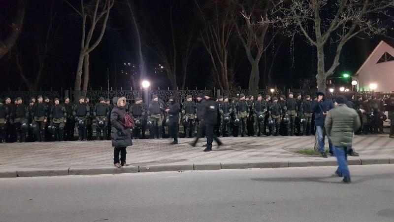 До Києва до посольства РФ стягнули військову техніку