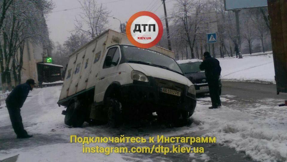 ВГолосеевском районе украинской столицы  хлебовоз провалился под асфальт