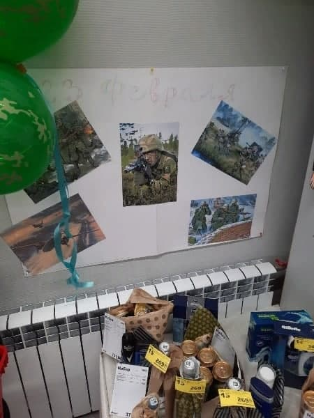 """""""С 23 февраля"""": в России магазин """"украсили"""" стенгазетой с солдатами НАТО и Вермахта 1"""