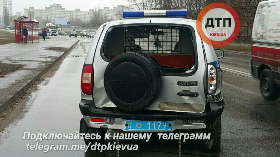 ВКиеве мужчина устроил стрельбу иугнал маршрутку, есть раненые