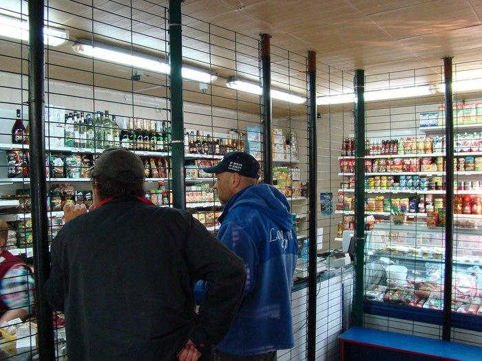 c1617899dee4 Местный магазин примечателен тем, что его прилавок полностью огражден  решеткой.
