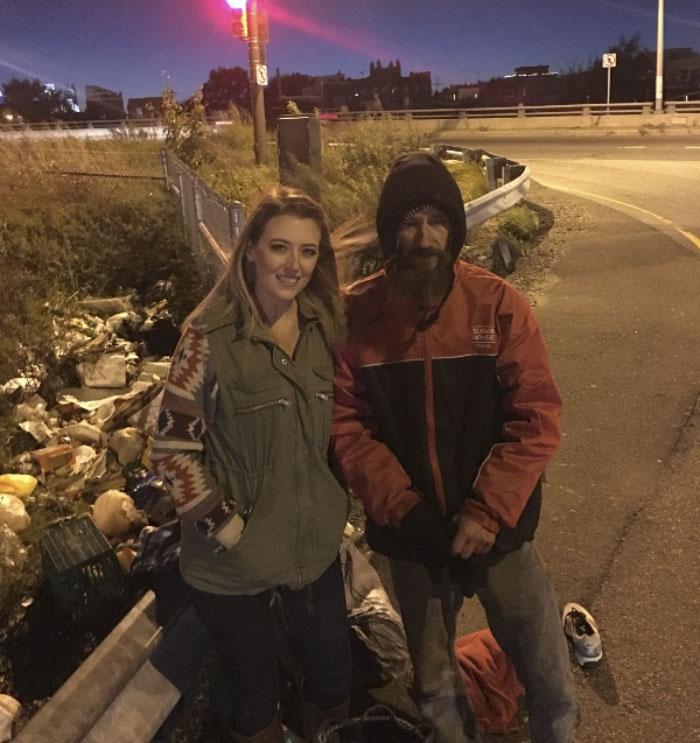 Американка собрала около 300 000 долларов для отдавшего ей20 долларов бездомного
