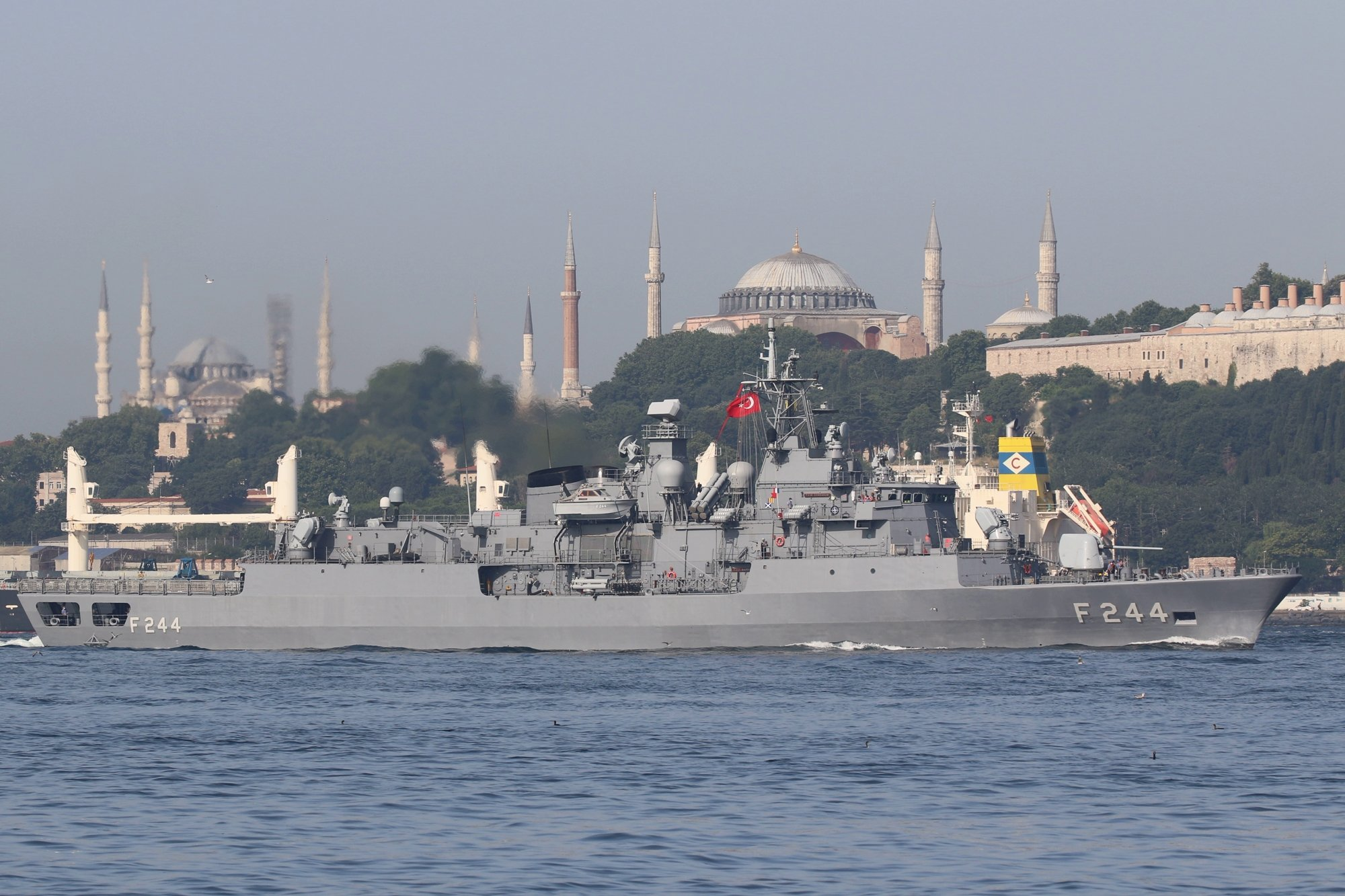 Группа быстрого реагирования НАТО идет в Черное море: два фрегата пересекли Босфор 2