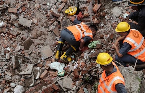 Обрушение дома вИндии: двое погибших, под завалами еще есть люди