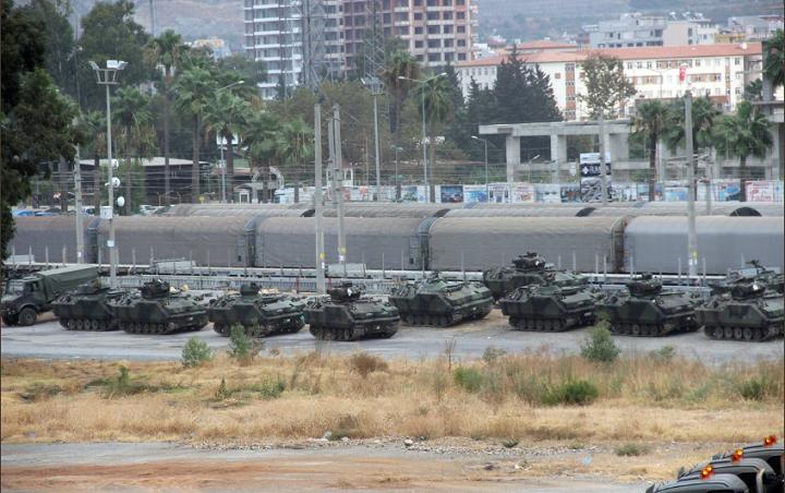 Турция перебросила 80 единиц бронетехники награницу сСирией