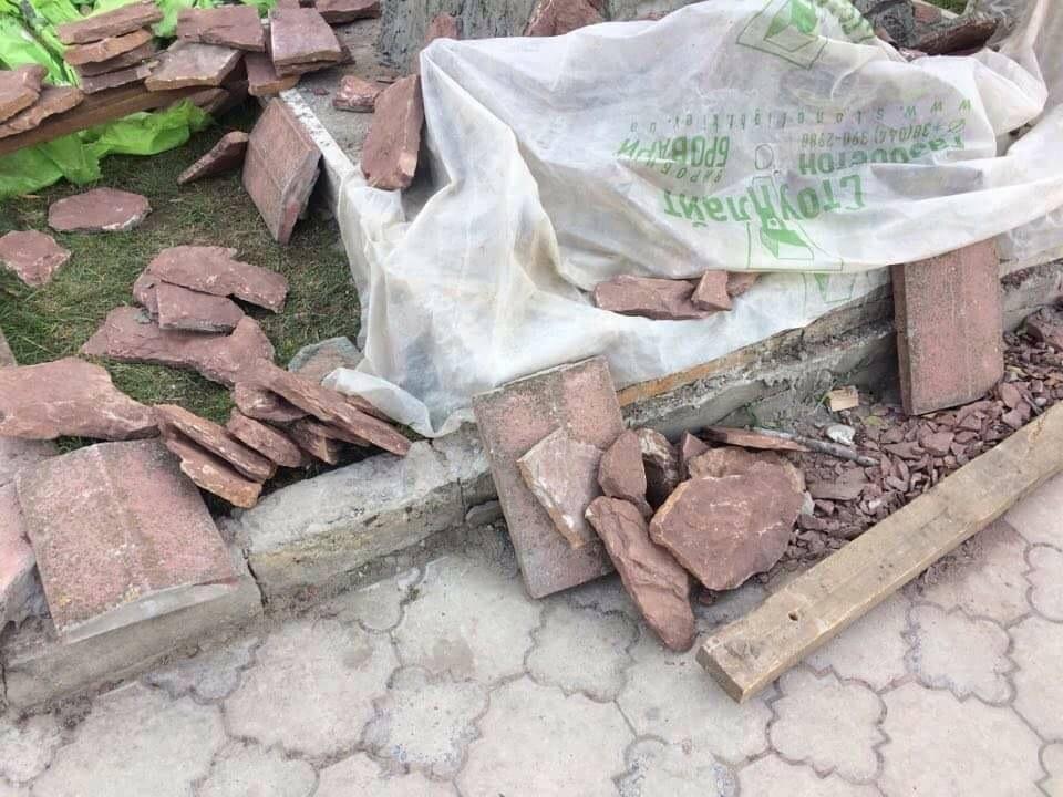 НаДонетчине неизвестные оторвали красно-черный флаг с монумента погибшим солдатам АТО