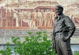 """Почтить память погибшего """"легендарного командира"""" Мозгового в Алчевске согнали школьников, больше никто не пришел – кадры"""