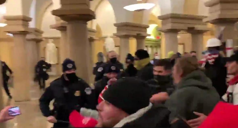 Сторонники Трампа прорвали оцепление и ворвались в Конгресс: в здании началась стрельба, слышны выстрелы