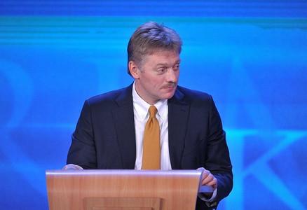 """В Кремле """"сели в лужу"""": Песков не нашел, чем возразить Порошенко, потроллившему Путина в Париже у памятника княгине Анны"""