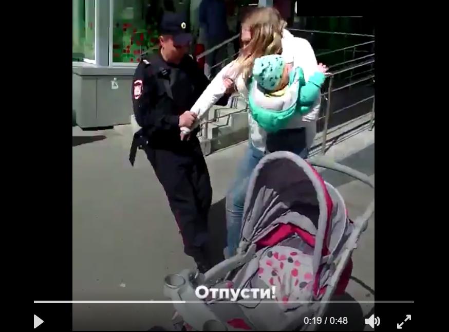 Россия шокировала очередной чудовищной выходкой: в Екатеринбурге четверо полицейских скрутили женщину с маленьким ребенком на руках и силой затащили в автозак. Причина ареста поразила соцсети - кадры