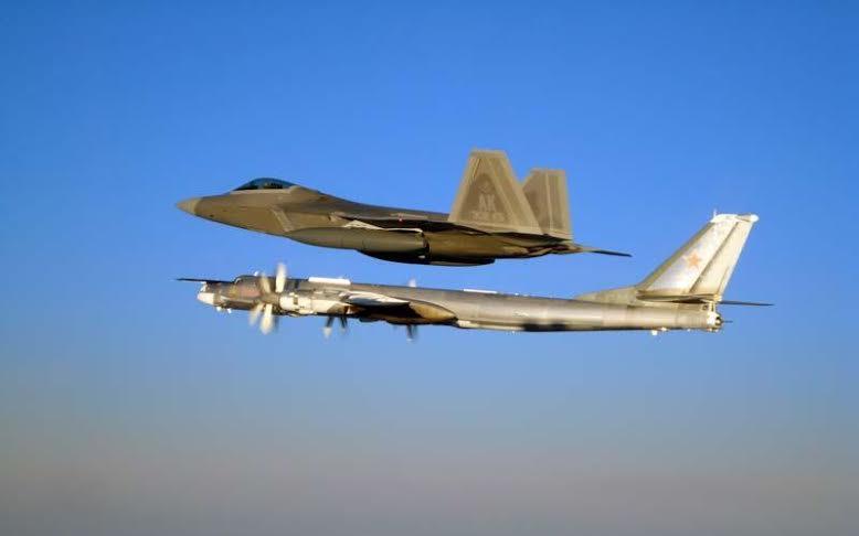 Американцы выложили в Сеть впечатляющие кадры, как их самолеты F-22 выполнили перехват российских бомбардировщиков Ту-95 возле Аляски