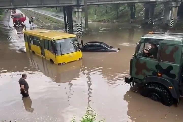 После ливня в Мариуполе потоп: затоплены целые улицы, люди просят о спасении