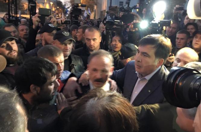 Протесты в Киеве: митингующие избили депутата от БПП Олега Барну - кадры