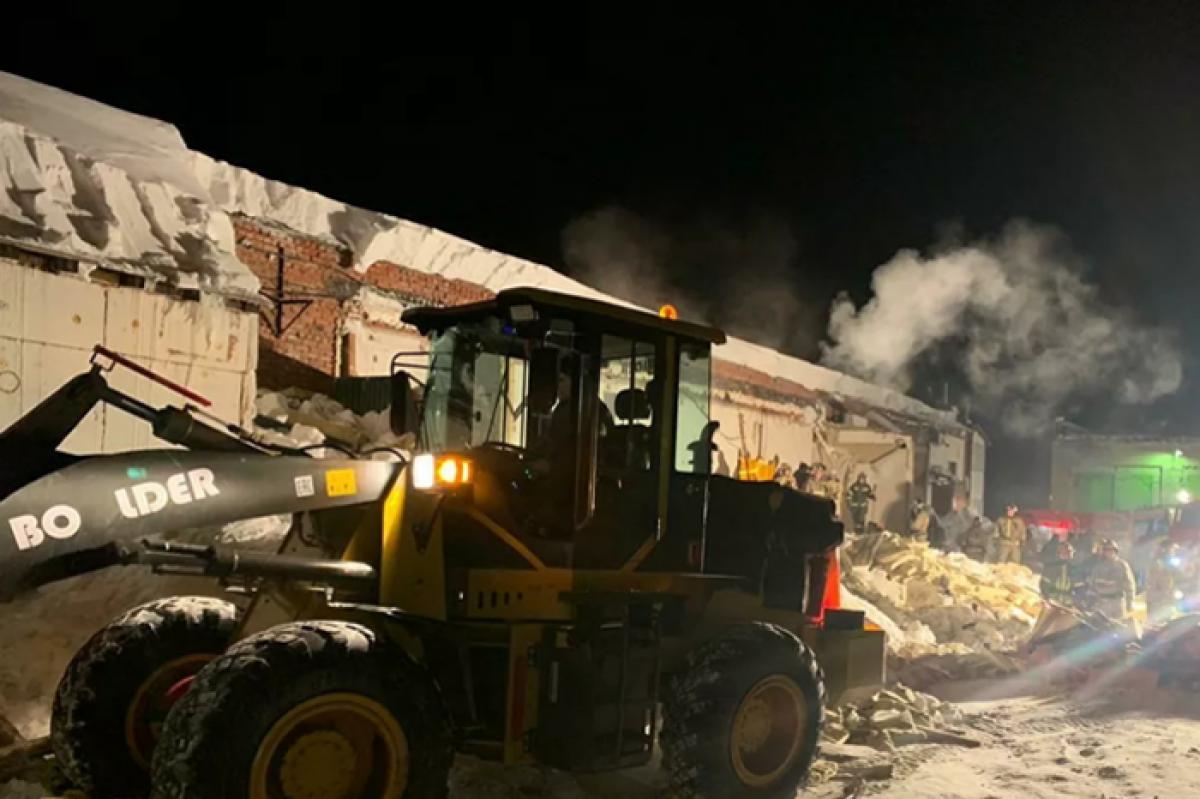 В Новосибирске крыша кафе рухнула на вечеринке с 200 гостями - выбрались не все: кадры