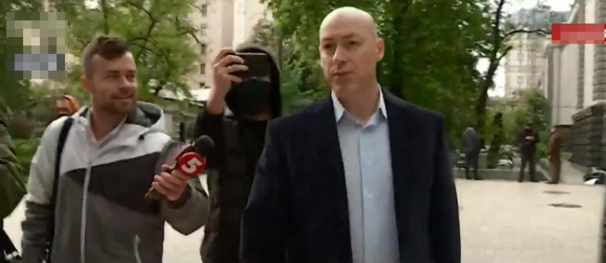 """Гордон с охраной пришел на брифинг Зеленского и ответил на обвинения в свой адрес: """"Дураков много"""""""