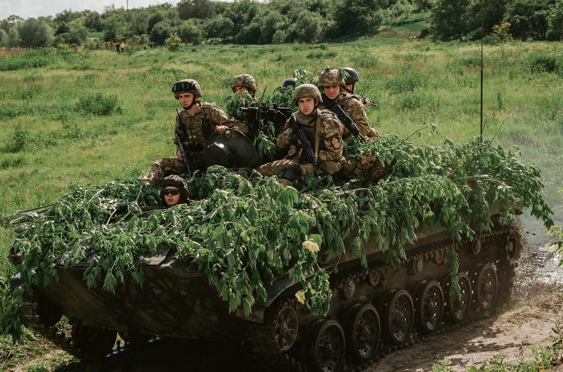 """Украинские десантники на тактических учениях продемонстрировали успешное форсирование реки и """"захват"""" плацдарма для наступления"""