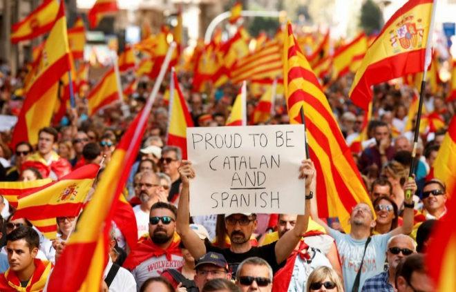 """""""Пучмедон, пошел вон! Каталония – это Испания!"""" – в центре Барселоны 900 тысяч человек вышли на грандиозный митинг против независимости Каталонии. Кадры"""