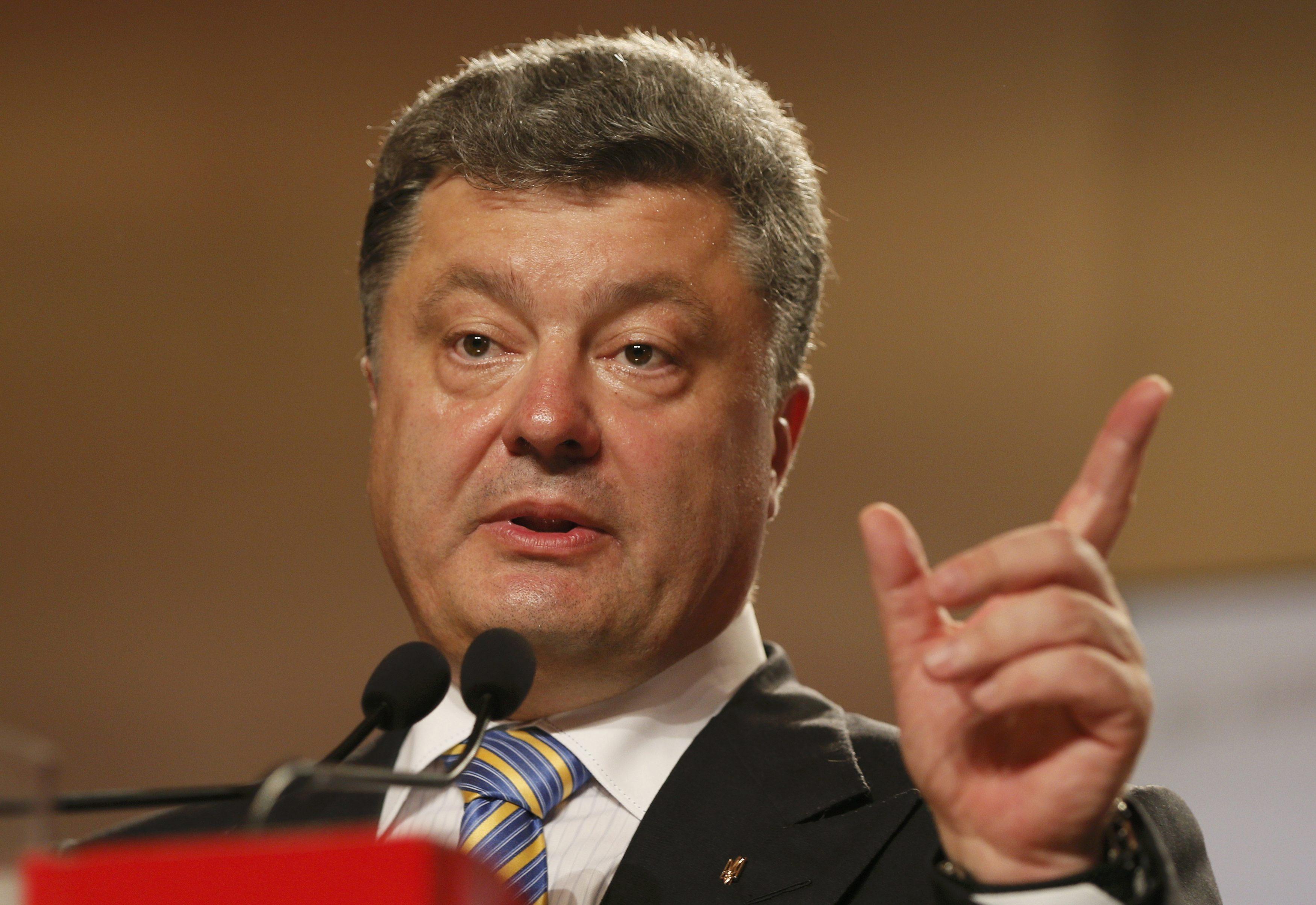 Порошенко: Коррупционерам в Украине не помогут погоны и звания