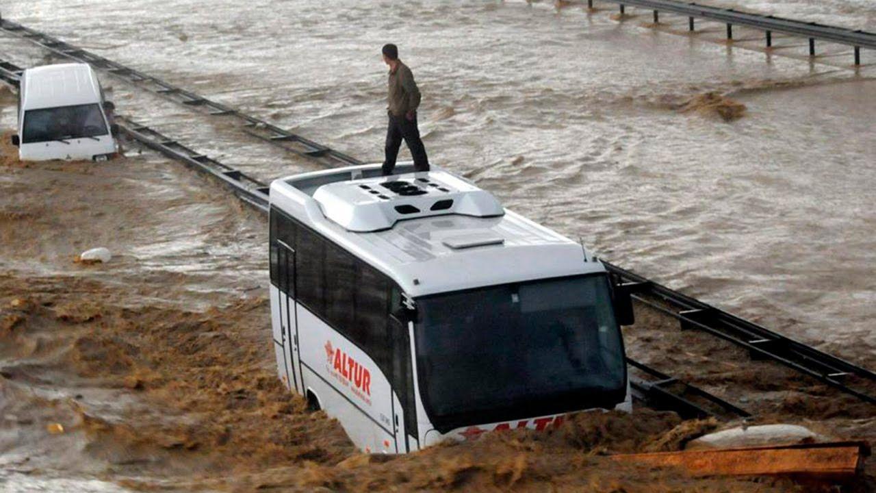 Наводнение в Турции: под воду ушли две провинции, спасатели не справляются