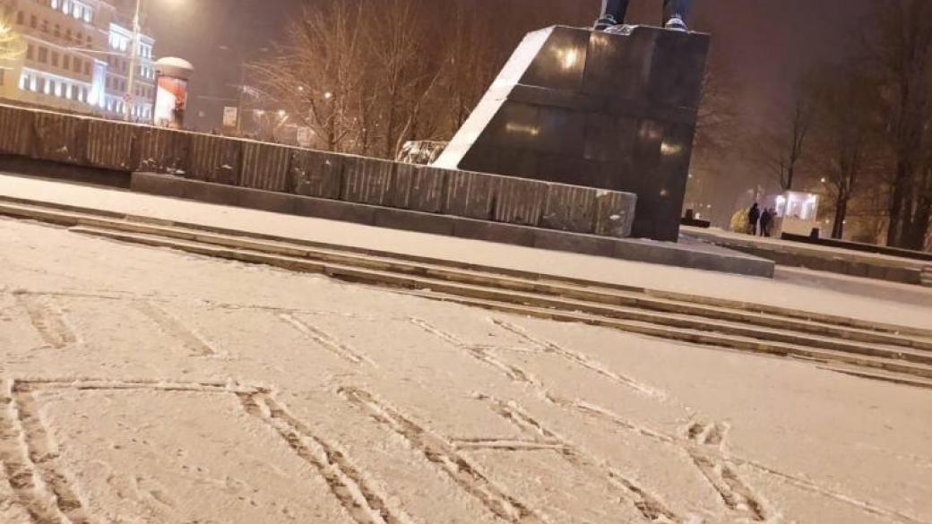 В Донецке неизвестные вытоптали на снегу популярную надпись про Путина: фото