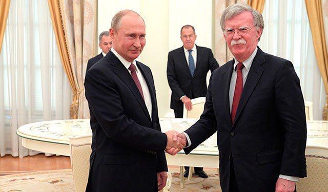 """В соцсетях обсуждают фото Путина """"на ходулях"""", который неожиданно """"дорос"""" до своего западного гостя Болтона"""